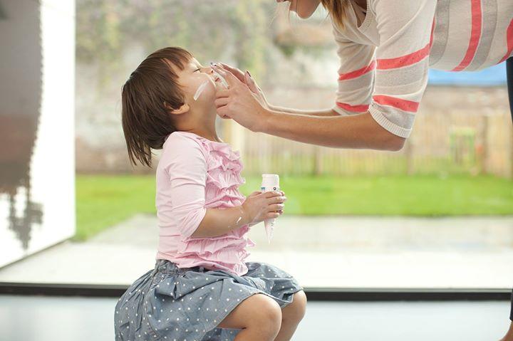De waarschuwingsfase van het ozon- en hitteplan werd geactiveerd. Kinderen zijn een kwetsbare groep, ze reageren anders op warmte dan volwassenen en hebben op warme dagen meer aandacht van hun verzorgers nodig. Meer info en tips: http://bit.ly/2tDVvOM en http://bit.ly/2sFX2GU
