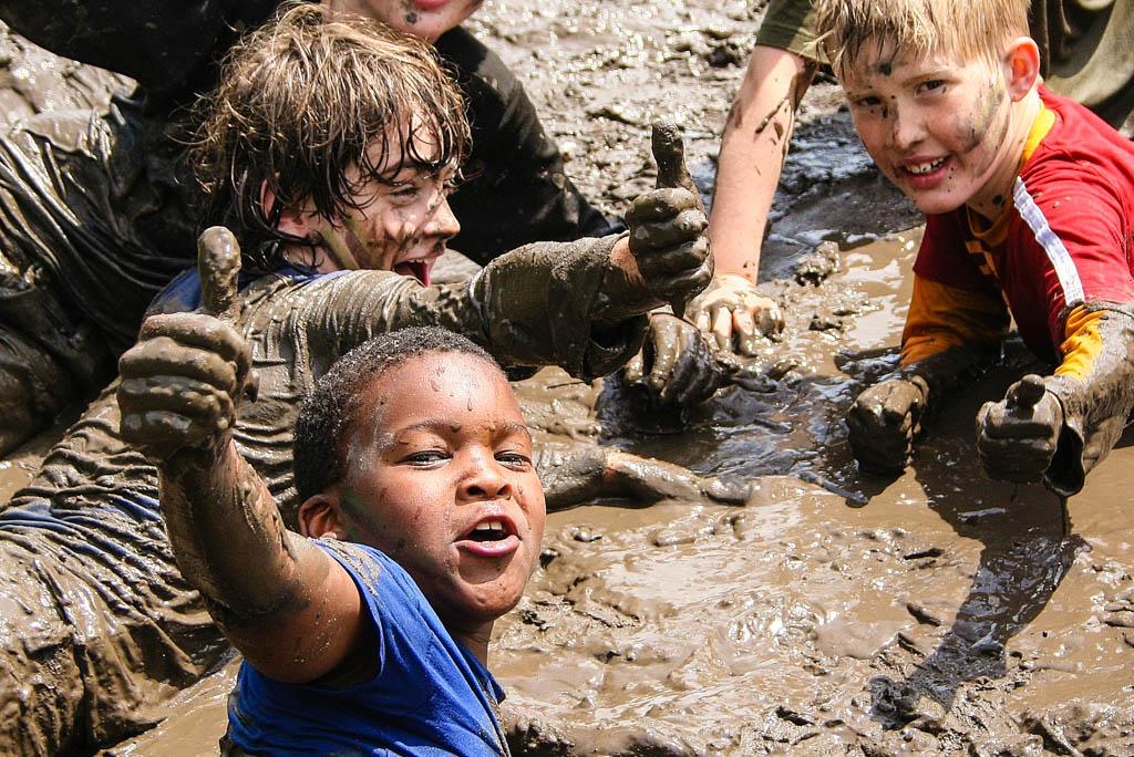"""Donderdag 29 juni wordt internationale modderdag gevierd waar er in Nederland tienduizenden kinderen aan mee doen: ook bij Outdoorpark SEC Survivals in Almere kunnen kinderen deze modderige dag beleven.""""Bij Outdoorpark SEC Survivals kunnen kinderen die dag meedoen aan een ontzettend modderige su"""